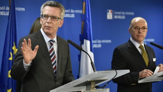 Les ministres allemand Thomas de Maiziere, et français Bernard Cazeneuve, de l'Intérieur le 14 septembre 2015 à Bruxelles [JOHN THYS / AFP]