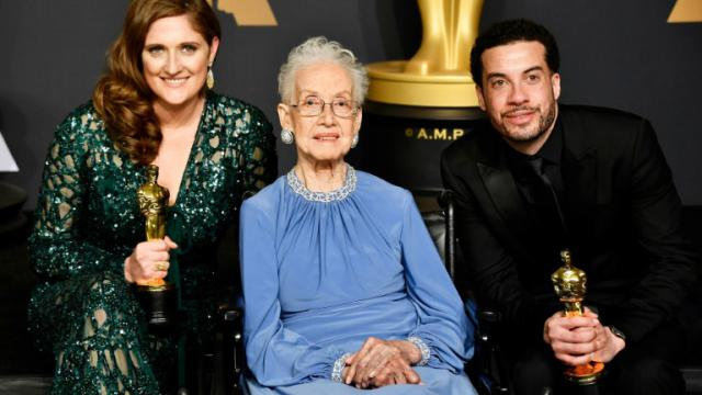 La mathématicienne de la Nasa Katherine Johnson (C) avec le metteur en scène Ezra Edelman (D) et la productrice Caroline Waterlow (G) qui ont remporté l'Oscar du meilleur documentaire à Hollywood le 26 février 2017 [Frazer Harrison / GETTY IMAGES NORTH AMERICA/AFP]