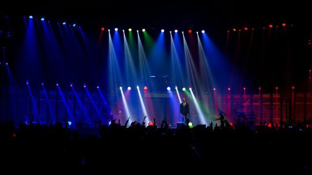 """Jeux de lumières sur la scène à Bercy pour le concert dédié aux """"héros"""" anonymes le 21 décembre 2015 [KENZO TRIBOUILLARD / AFP]"""