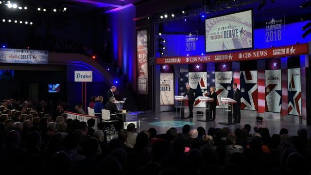 Les candidats démocrates à la Maison Blanche Bernie Sanders, Hillary Clinton, et Martin O'Malley lors du deuxième débat des primaires démocrates à Des Moines, le 15 novembre 2015 [MANDEL NGAN / AFP]