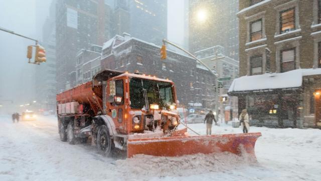Un chasse-neige le 24 janvier 2016 à New York [FRANCOIS XAVIER MARIT / AFP]