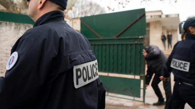 """Des policiers devant l'école juive """"La Source"""" à Marseille le 11 janvier 2016 [BERTRAND LANGLOIS / AFP]"""