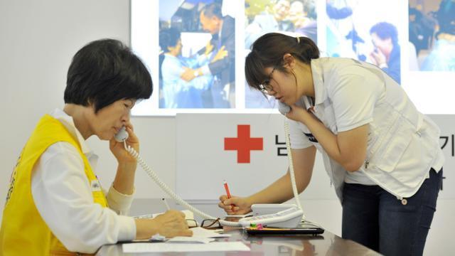 Des employés de la Croix Rouge de Séoul s'emploient à tenter de réunir des familles divisées entre les deux Corée, le 22 août 2013 [JUNG YEON-JE / AFP/Archives]