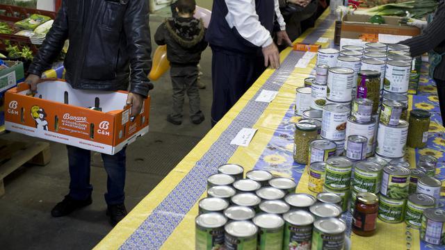 """Distribution alimentaire dans une association """"resto du coeur"""" à Villeurbanne le 28 novembre 2011 (archives) [Jean-Philippe Ksiazek / AFP/Archives]"""