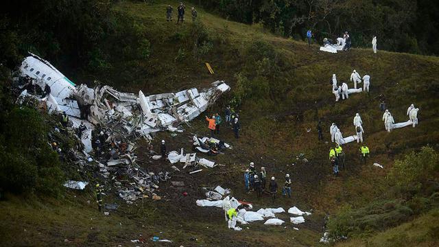 Sur le site du crash d'un avion dans la zone montagneuse d'El Gordo, à environ 50 km de Medellin, en Colombie, le 29 novembre 2016 [Raul ARBOLEDA / AFP]