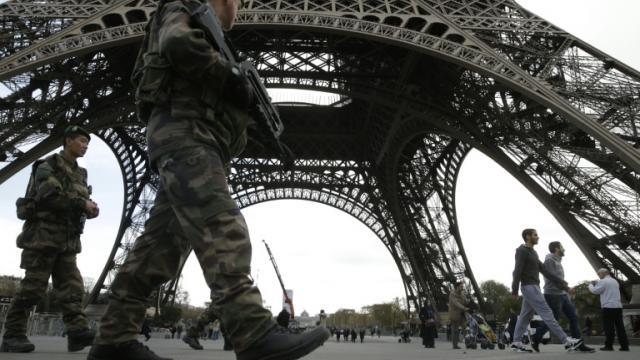 Soldats du plan Vigipirate en patrouille le 16 novembre 2015 sous la Tour Eiffel à Paris [KENZO TRIBOUILLARD / AFP/Archives]