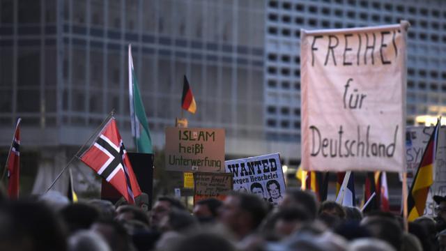 """Une manifestation anti-réfugiés du mouvement islamophobe Pegida allemand - acronyme de """"Patriotes européens contre l'islamisation de l'Occident"""" -, le 5 octobre 2015 à Dresde [TOBIAS SCHWARZ / AFP]"""