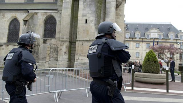 Des policiers patrouillent le 26 avril 2015 à proximité de l'église Saint-Cyr et Sainte-Juliette à Villejuif, cible d'un attenat déjoué [Kenzo Tribouillard / AFP/Archives]