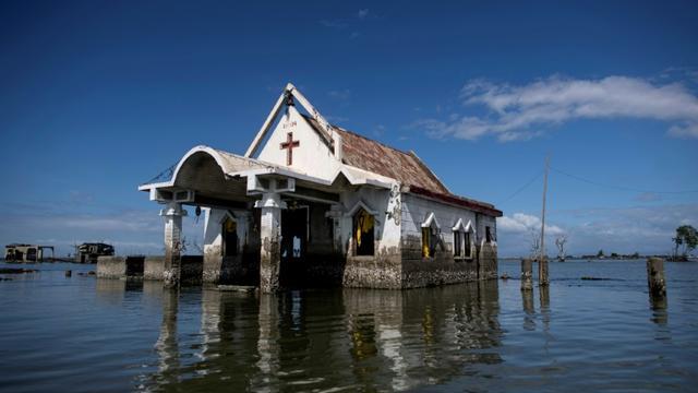 Une chapelle au milieu des eaux de la baie de Sitio Pariahan, à Bulacan (Philippines) le 11 janvier 2019 [Noel CELIS / AFP]
