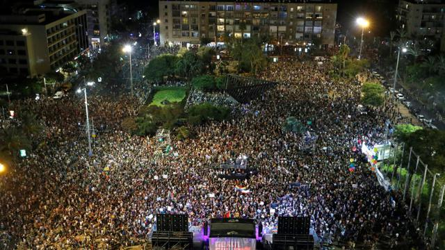 Des manifestants rassemblés sur la place Yitzhak Rabin à Tel-Aviv pour manifester contre une loi interdisant la GPA aux couples gays, le 22 juillet 2018 [JACK GUEZ / AFP]