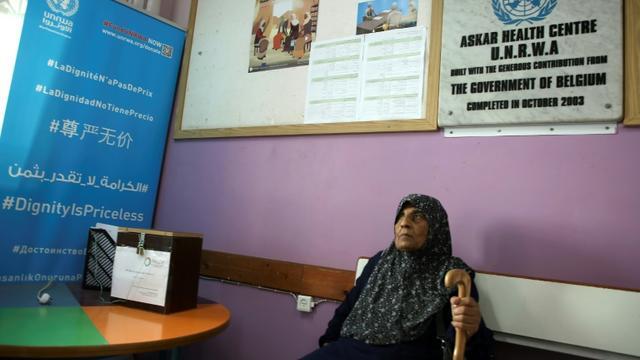 Une réfugiée palestinienne attend de passer un examen médical dans le centre de soins géré par l'Unrwa dans le camp de réfugiés d'Askar, près de Naplouse, dans le nord de la Cisjordanie occupée, le 1er septembre 2018 [Jaafar ASHTIYEH / AFP]