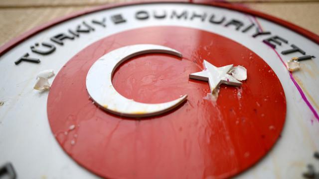 Des oeufs envoyés sur les symboles de la Turquie, à l'ambassade turque à Moscou, le 25 novembre 2015, après une manifestation de Russes réagissant après que l'armée turque a abattu un chasseur russe [KIRILL KUDRYAVTSEV / AFP]