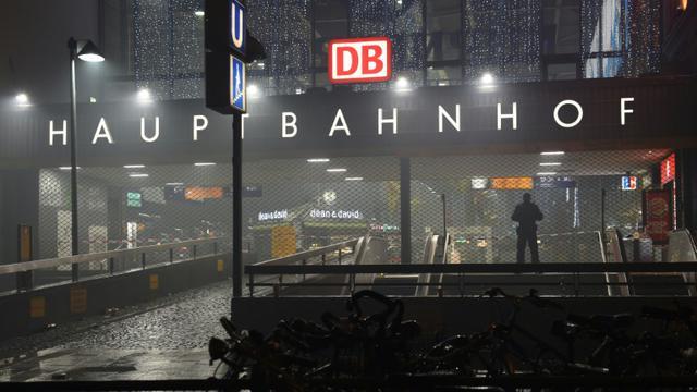 Un policier le 1er janvier 2016  devant la gare centrale fermée à  Munich  [Christof STACHE / AFP]