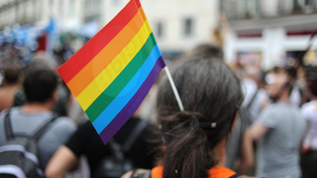 Un drapeau arc-en-ciel, emblême de la communauté gay [Jean-Sebastien Evrard / AFP]