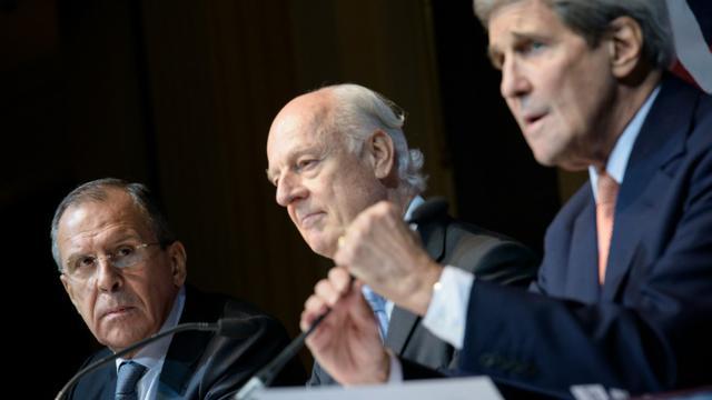 Le ministre des Affaires étrangères russe, Sergei Lavrov, l'émissaire de l'ONU Staffan de Mistura et le Secrétaire d'Etat américain John Kerry, le 30 octobre 2015 à Vienne l [BRENDAN SMIALOWSKI / POOL/AFP/Archives]