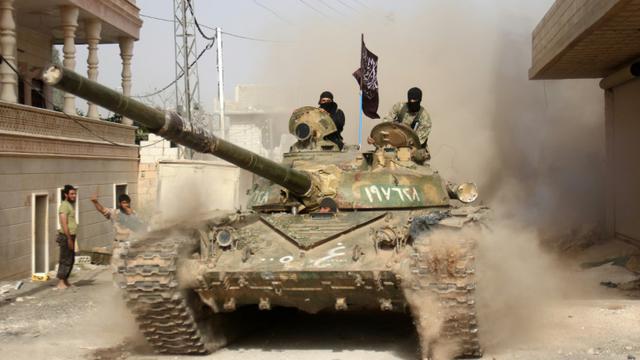 Des combattants islamistes affiliés à Al-Qaïda entrent dans Ariha, une ville de la province d'Idleb, le 28 mai 2015 [OMAR HAJ KADOUR / AFP/Archives]