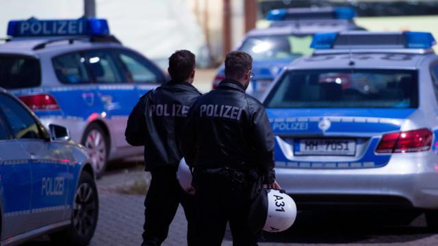 Des policiers devant le centre d'enregistrement des réfugiés à Hambourg en Allemagne, le 1er octobre 2015 [Daniel Reinhardt / DPA/AFP]