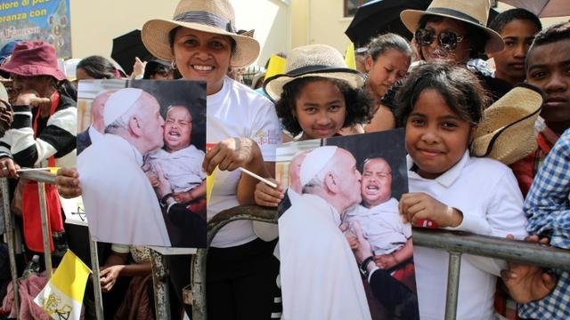Des fidèles saluent le passage du pape François dans une rue d'Antananarivo, le 7 septembre 2019 [Mamyrael / AFP]