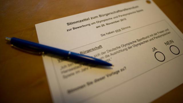 Un bulletin de vote pour le référendum sur la candidature d'Hambourg à l'organisationdes JO d'été 2024, le 29 novembre 2015 [AXEL HEIMKEN / DPA/AFP]