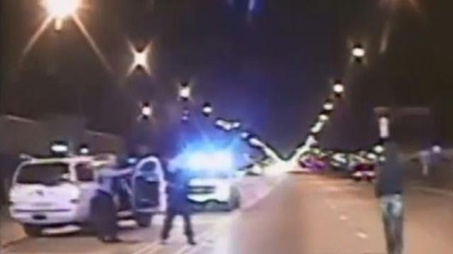 Photo extraite d'une vidéo diffusée par la police de Chicago le 24 novembre 2015 montrant Laquan McDonald marchant avant qu'un policier lui tire dessus à Chicago le 24 octobre 2014  [CHICAGO POLICE / CHICAGO POLICE/AFP]