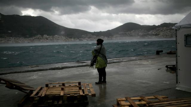 Une migrante regarde la mer sur l'île grecque de Samos, le 17 janvier 2016 [ANGELOS TZORTZINIS / AFP]
