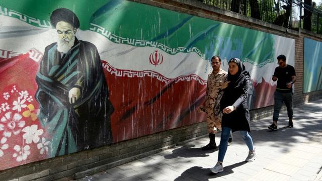 Des passants déambulent à Téhéran, le 22 juin 2019 [ATTA KENARE / afp/AFP/Archives]
