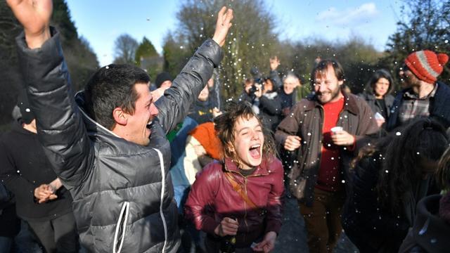 Les occupants de la ZAD de Notre-Dame-des-Landes laissent éclater leur joie à l'annonce de l'abandon du projet d'aéroport, le 17 janvier 2018 [LOIC VENANCE / AFP]
