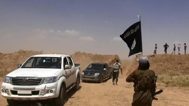 Capture d'écran du compte Twitter Al-Baraka en date du 11 juin 2014  montrant des membres du groupe EI circulant sur une route à la frontière de la Syrie et de l'Irak  [- / ALBARAKA NEWS/AFP/Archives]