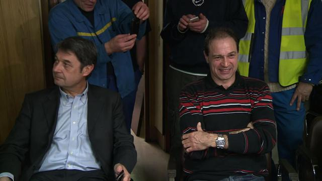 Les deux cadres de l'usine d'Amiens-Nord, le 6 janvier 2014, séquestrés par le personnel de l'usine menacée de fermeture [ / AFP]