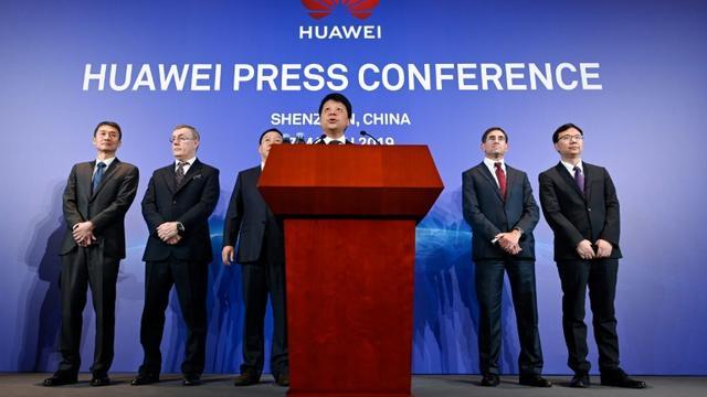 Guo Ping (c), l'un des présidents tournants du géant chinois des télécoms Huawei lors d'une conférence de presse à Shenzhen, le 7 mars 2019 [WANG ZHAO / AFP]