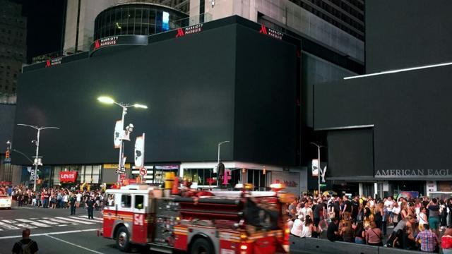 Les panneaux publicitaires lumineux de Times Square éteint suite à une panne d'électricité géante [Thomas URBAIN / AFP]