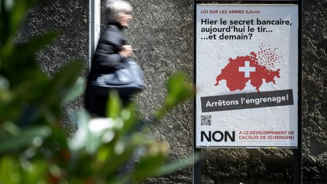 Une affiche appelant à voter non au référendum visant à durcir les conditions d'acquisition de certaines armes, le 13 mai 2019 à Genève, en Suisse [Fabrice COFFRINI / AFP]