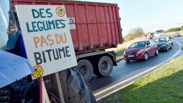 Un tracteur d'opposants au projet d'aéroport de Notre-dame-des-Landes sur une route qui mène à Nantes, le 12 janvier 2016 [LOIC VENANCE / AFP]