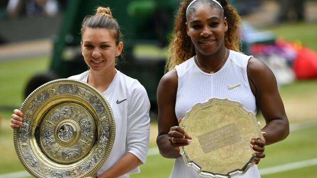 La Roumaine Simona Halep (g) remporte la finale Wimbledon en battant l'Américaine Serena Williams le 13 juillet 2019 [GLYN KIRK / AFP]