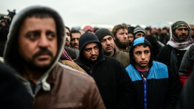 Des réfugiés syriens, qui ont fui l'assaut contre la ville d'Alep, attendent à Bab-al Salam de pouvoir entrer en Turquie dont la frontière est toujours fermée, le 6 février 2016 [BULENT KILIC / AFP]