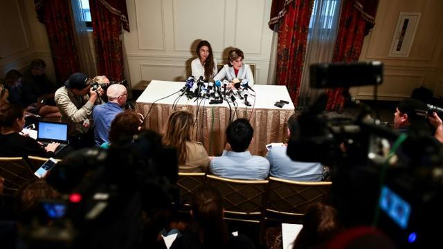Mimi Haleyi et son avocate Gloria Allred lors d'une conférence de presse à New York le 24 octobre 2017 à New York [Jewel SAMAD / AFP]