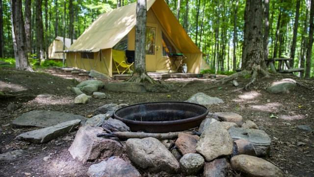 """Une tente """"Canadienne"""" dans le camping Huttopia, le 14 août 2019 à Sutton, au Canada [Sebastien St-Jean / AFP]"""