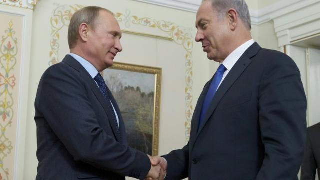 Le Président russe Vladimir Putine (g) et le Premier ministre israélien Benjamin Netanyahu à la résidence  Novo-Ogaryovo aux alentours de Moscou le 21 septembre 2015 [IVAN SEKRETAREV / POOL/AFP]
