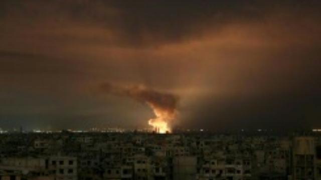 Des explosions nocturnes dans le fief rebelle de la Ghouta orientale après des frappes du régime tard le 23 février 2018 [ / AFP]
