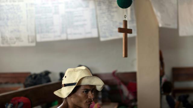 Un participant à la caravane de migrants partie du Honduras en mars pour rallier laes Etats-Unis se repose dans une église de Tapanatepec (sud du Mexique) le 27 octobre 2018 [Guillermo Arias / AFP]