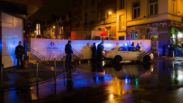 Un cordon de police dans le quartier de Molenbeek en Belgique le 14 novembre 2015 [JAMES ARTHUR GEKIERE / BELGA/AFP]