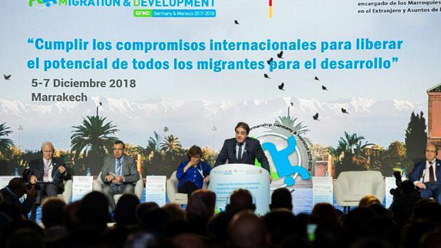 Le ministre délégué marocain chargé des affaires de la migration Abdelkrim Benatiq,  prononce un discours devant le forum mondial sur la migration et le développement, à Marrakech, le 5 décembre 2018 [FADEL SENNA / AFP]