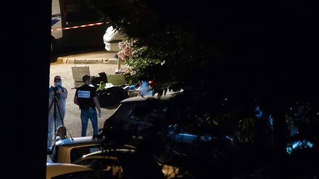Des policiers examinent une scène de crime à Marseille, le 25 juin 2016 [BERTRAND LANGLOIS / AFP]