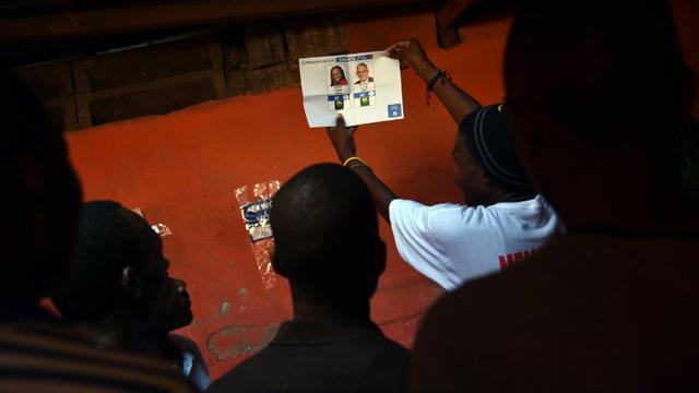 Décompte des bulletins de vote, le 25 octobre 2015 à Port-au-Prince, à l'issue des élections générales qui se sont déroulées dans le calme [HECTOR RETAMAL / AFP]