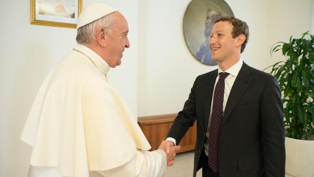 Photo fournie par le service de presse du Vatican, de la rencontre entre le pape François et le fondateur de Facebook Mark Zuckerberg, le 29 août 2016 au Vatican [HO / OSSERVATORE ROMANO/AFP]