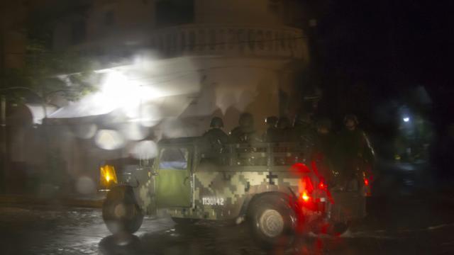 Patrouille de militaires le 23 octobre 2015 a Puerto Vallarata au Mexique avant l'arrivée de l'ouragan Patricia [HECTOR GUERRERO / AFP]