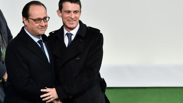 Le président français François Hollande (g) et son Premier ministre Manuel Valls à l'ouverture de la COP 21 au Bourget, en Seine-Saint-Denis, le 30 novembre 2015 [LOIC VENANCE / AFP/Archives]
