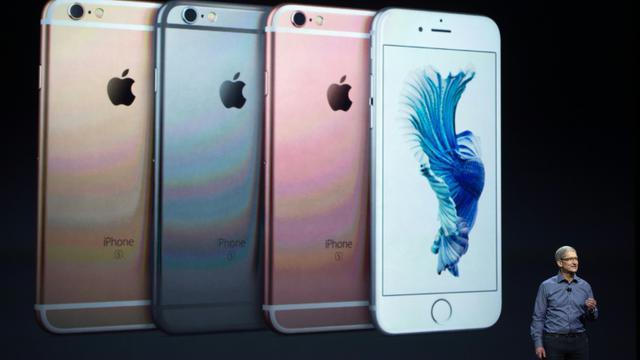Le patron d'Apple, Tim Cook, présente les nouveaux modèles d'iPhone 6s, le 9 septembre 2015 à San Francisco [Josh Edelson / AFP]