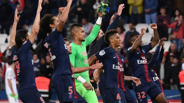 Les Parisiens fêtent leur large victoire sur Amiens avec les supporters au Parc des Princes, le 20 octobre 2018 [Anne-Christine POUJOULAT / AFP]
