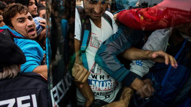 Des migrants se bousculent à la frontière austro-hongroise à Nickelsdorf le 5 septembre pour monter dans un autobus qui les conduira dans de grandes villes en Allemagne ou Autriche [Vladimir Simicek / AFP]